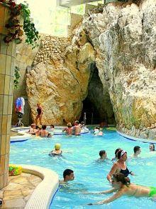 Das Wasser des Schwimmbades ist vulkanisch: http://www.ferienhauserinungarn.de/miskolc/