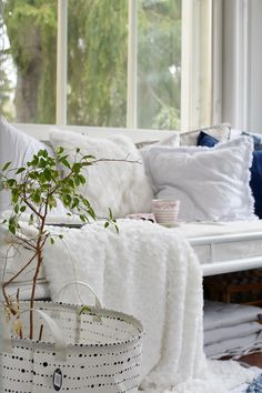 Summer house daybed piled with cozy white pillows and blankets for a light, but warm feel. White Pillows, Throw Pillows, Daybed, Live For Yourself, Blankets, Beach House, Bedroom Ideas, Cottage, Cozy