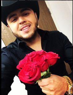 Gerardo ortiz <3 las flores que me regalo <3 aww c;