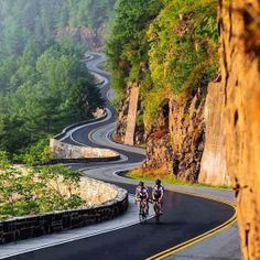 Road cycling is an excellent example of an endurance workout. Cycling allows you to enjoy the beauty of nature while putting little impact on your joints. Roads And Streets, Dangerous Roads, Beautiful Roads, Winding Road, Road Bikes, Road Cycling, Bike Life, Belle Photo, Touring