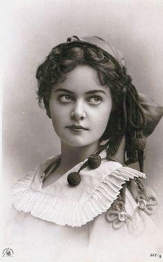 Para Macau (março 1921), she is so beautiful