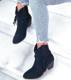 Μποτάκι Monika suede μαύρο από συνθετικό καστόρι. Το τακούνι του είναι ιδιαίτερα σταθερό τύπου cowboy και έχει ύψος 6 εκ. . Είναι μποτάκι τύπου cowboy και κάτι που το κάνει ιδιαίτερα ξεχωριστό είναι τα αφαιρούμενα κρόσσια που το συνοδεύουν.Διαθέτει φερμουάρ εσωτερικά για πρακτικούς λόγους. Φόρεσε το από το πρωί με ripped jeans και oversized πουλόβερ αλλά και το βράδυ για πιο εντυπωσιακές εμφανίσεις με φορέματα και φούστες. Booty, Ankle, Shoes, Fashion, Moda, Swag, Zapatos, Shoes Outlet, La Mode