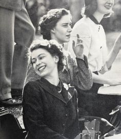 Great pic of Princess Margaret ( the Queens younger and only sibling ) smoking and the soon to be Queen . Royal Uk, Royal Life, Royal House, Princess Elizabeth, Queen Elizabeth Ii, Casa Real, Her Majesty The Queen, English Royalty, Elisabeth