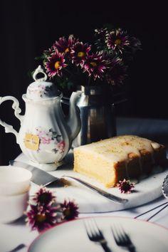 Fiquei devendo essa receita. Na verdade, este post, porque a receita já  está publicada faz alguns anos por aqui. Um bolinho de iogurte e limão, com  um perfume de baunilha que invade a casa enquanto assa, leva calda de  açúcar, te convida para um chá numa mesa bem posta, com direito a flores e  porcelanas.  O bolo em si é uma inspiração. Tem sabor de conforto e aconchego. Gosto de  fazer, quando sinto coisas boas dentro de mim, quando quero agradar meu  paladar, quando quero compartilhar…