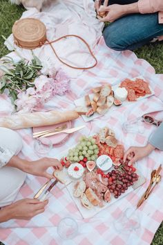 Picnic Ideas Discover Chic Summer Picnic with Boursin Chic Summer Picnic with Boursin Brunch, Picnic Date, Romantic Picnics, Food And Drink, Healthy, Summer, Lifestyle Blog, Picnic Ideas, Picnic Recipes