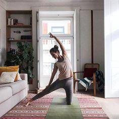 Weil ich oft gefragt werde: Ja ich bin täglich auf der Matte! Das Geheimnis dabei? Halte deine Yogamatte immer griffbereit (ob zu Hause oder unterwegs) und nimm dir nicht mehr vor als dich nur draufzustellen und 1x bewusst zu atmen. Das genügt! Mission erfüllt.  Doch weil du schon mal da bist könntest du ja eigentlich auch gleich einen Sonnengruß machen. Oder 2 oder 3... Meist wird aus einem Atemzug wie von selbst eine 20-minütige Yogapraxis! ;) Der Tipp stammt übrigens von David Swenson… David, Instagram