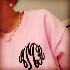 Navy & pink monogram sweatshirt and pearls Preppy Girl, Preppy Style, My Style, Preppy Southern, Southern Charm, Southern Belle, Southern Living, Southern Prep, Monogram Sweatshirt