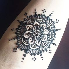 Very intricate, cool floral tattoo design for the summer 🌻🌼🌻#chicagogirl #chicago #tattoo #2016 #color #pakistan #pakistanifashion #fashion #hot #chicagoartist #artist #hennatattoo #hennadesign #hennaart #hennainspire #hennapro #professional #hennabodyart #bodyart #dressyourface #hudabeauty #girlyhenna #mehindi #sunny #summer #mua #style