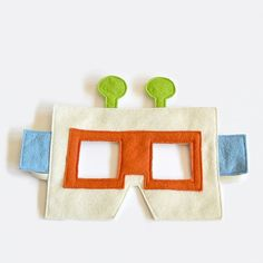 Children's felt robot mask. Fun for Halloween or Carnival, to play at home or at school.