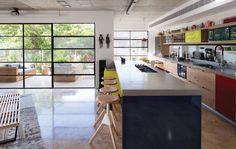 מיזוג מעל המטבח  כבר לא שיכון רכבת: דירת חלומות ברמת אביב   בניין ודיור