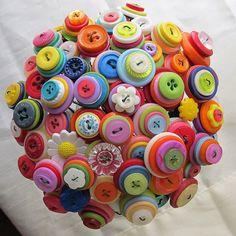 Custom Colorful Rainbow Button Bouquet von YanaDesigns auf Etsy