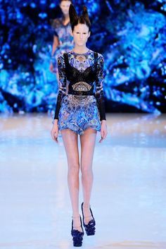 Alexander McQueen Spring 2010 Ready-to-Wear Fashion Show - Drielly Oliveira