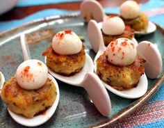 A gastronomia molecular invadiu a Índia: entre as novidades do Samosa e Company Jardins, bolinho de batata com chutney de tâmaras e hortelã coroados por esferas de iogurte