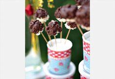 Vai fazer pipoca doce? Que tal de chocolate espetada no palito? Para segurar, a base pode ser feita de isopor
