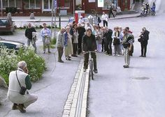 In the city of Trondheim, Norway lies a hill that's big and steep enough to deter casual cyclists. To help promote cycling in the city and give the environmentally friendly activity a 'lift', a bicycle escalator called the CycloCable was installed. Commuter Cycling, Bike Lift, Trondheim Norway, Elevator Design, Travel News, Bored Panda, First World, Skiing, City