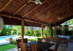 Sob um belo telhado em sapê, o gourmet conta ainda com bancada em granito preto e freezer horizontal, além de uma mesa que acomoda até oito pessoas para os churrascos ao ar livre.