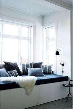 Maandag MeubelTipDag >> Deze stijlvolle bank op maat met grijze kussens en schapenvel past perfect in de erker van een jaren 30 huis