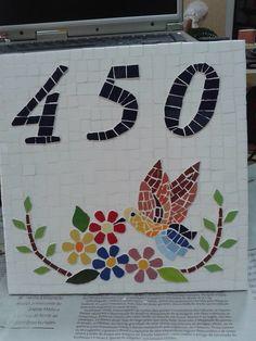 Número em mosaico beija flor. Base em cerâmica. Modelo da base depende da disponibilidade do fornecedor. Pode ser qualquer número. Para outro desenhos entrar em contato.