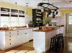 Aufgehängte Töpfe und Pfannen weiße Küche aus Massivholz