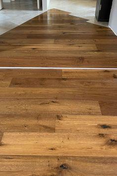 Oggi vi parliamo di una soluzione particolare che abbiamo adottato. La ristrutturazione prevedeva l'abbattimento di due pareti che di conseguenza hanno creato un disagio estetico legato alle piastrelle esistenti. Abbiamo quindi deciso con il committente di creare un tappeto di legno in armonia con la ceramica. Crediamo molto nel design che si può ottenere mixando due materiali, inoltre abbiamo donato al cliente un particolare che trasmette carattere e unicità alla sua casa. Hardwood Floors, Flooring, Legato, Design, Home, Parquetry, Wood Floor Tiles, Wood Flooring