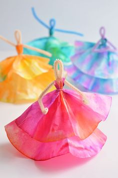 These coffee filter dancers are SO PRETTY and all you need are markers, coffee filters and pipe cleaners. A great coffee filter craft and a fun kids craft! Coffee Filter Crafts, Coffee Crafts, Coffee Filters, Coffee Filter Projects, Fun Crafts For Kids, Diy And Crafts, Paper Crafts, Recycled Crafts, Pipe Cleaner Crafts