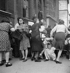 Des mères protègent leurs enfants des tireurs d'élite allemands pendant l'occupation de Paris (1944)