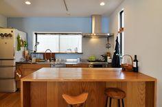 訪れた友人達に「みんなで料理が出来ていいね」とよくほめられるというキッチンカウンター。正面の壁のブル―がほどよいアクセントとなって空間デザインに変化をもたらしている。