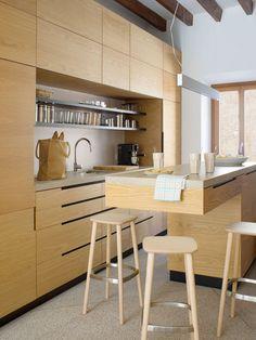 La cocina con mobiliario en madera en tono natural