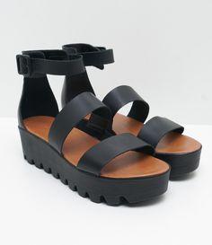 Sandália feminina Material: sintético Tratorada Marca: Satinato Com tiras COLEÇÃO VERÃO 2017 Veja outras opções de sandálias femininas. Sobre a marca Satinato A Satinato possui uma coleção de sapatos, bolsas e acessórios cheios de tendências de moda. 90% dos seus produtos são em couro. A principal característica dos Sapatos Santinato são o conforto, moda e qualidade! Com diferentes opções e estilos de sapatos, bolsas e acessórios. A Satinato...