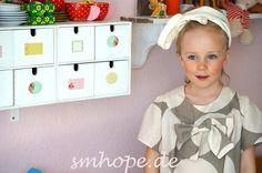 kurzarm Mädchenkleid  Knopf im Rückenteil  Farbe: beige/grau  grosse Schmuckschleife    ab Gr.L 49.95 Euro