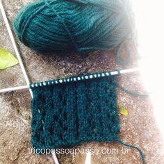 ô gente, tricotar é bom demais!!! ❤️💚 Ponto: 1ª carr: 1m, 1laç, 2pjm,1m 2ª carr: toda em tricô 3ª carr: 2m, 1laç, 2pjm 4ª carr: toda em tricô Repetir as 4 carreiras até o tamanho desejado! Bom tricô ;) #tricopassoapasso #trico #tricô #tricot #knit #knitting #knittingisthenewyoga #tejer #wool #green