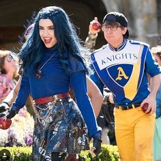 Sofia Carson as Evie and Zachary Gibson as Doug Descendants Mitchell Hope, Descendants Pictures, Descendants Wicked World, Disney Descendants 3, Descendants Cast, Zachary Gibson, Dove Cameron Style, Mal And Evie, Decendants