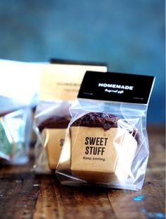 チョコマフィンのラッピング Bake Sale Packaging, Baking Packaging, Bread Packaging, Dessert Packaging, Food Packaging Design, Cake Logo Design, Bakery Business, Cafe Food, Cake Shop