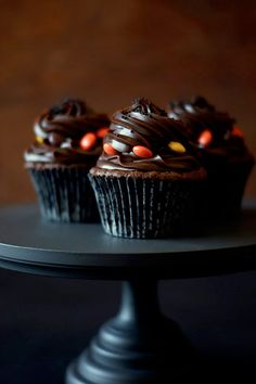 Moist and light BLACK VELVET Cupcakes with secret vanilla cream center, topped with salted caramel ganache #cupcakerecipes http://thecupcakedailyblog.com/black-velvet-cupcakes/