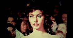 Sophia Loren superou a miséria e se tornou o símbolo do cinema italiano Atriz de 80 anos é considerada a mais sexy e bonita do cinema italiano. Italiana diz que a maior arma da mulher é a fantasia do homem.