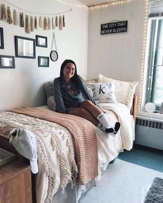 Room Decor: Cool 95 Genius Dorm Room Decorating Ideas on A Bud. Dorm Room Colors, Cute Dorm Rooms, Diy Dorm Room, Dorm Room Desk, Dorm Room Designs, College Room, College Life, Girl College Dorms, Tumblr Rooms