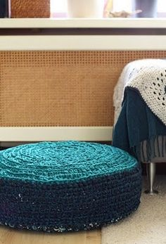 innovart en crochet  Cylinder Pouf with straight band around middle.