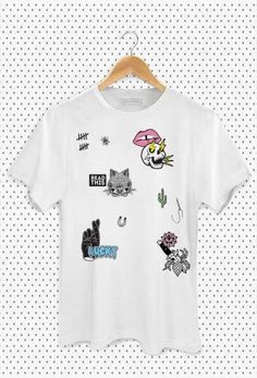 T-shirt oversized branca com estampa de patches.