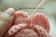 한길긴뜨기 16개를 만들어주세요~~첫번째 한길긴뜨기에서 빼뜨기로 마무리~~요약하자면,,, 사슬코2개 + 한... Flower Patterns, Crochet Patterns, Crochet Baby, Knit Crochet, Crochet Flowers, Diy And Crafts, Knitting, Blog, Handmade