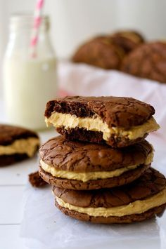 Brownie Cookie Sandwich with Peanut butter Frosting - fudgy, moist cookies that taste just like brownies filled with a fluffy peanut butter frosting. Cookies sandwiches Brownie Cookie Sandwich with Peanut Butter Frosting Brownie Cookies, Chocolate Chip Cookies, Peanut Butter Filling, Peanut Butter Frosting, Peanut Butter Sandwich Cookies, Köstliche Desserts, Delicious Desserts, Dessert Recipes, Health Desserts