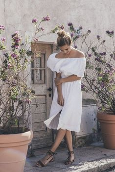 A romantic and classic knee-length dress buttoned all the way up to an off-the-shoulder neckline. You can unbutton the front to make it look extra charming, or reverse the dress so the button detailing is at the back.