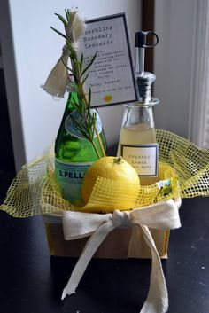 luciakjewelry: summer hostess gift and a fave drink Boyfriend Gift Basket, Boyfriend Gifts, Summer Gift Baskets, Beach Gift Basket, Summer Gifts, Craft Gifts, Diy Gifts, Cadeau Client, Rosemary Lemonade