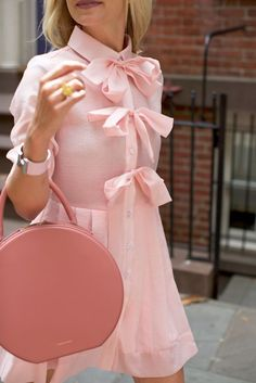 Pink bows // A feminine dress for spring in the west village NYC! click through for the full post and outfit details Estilo Geek, Little Presents, Look Retro, Everything Pink, Mode Inspiration, Fashion Inspiration, Wedding Inspiration, Pink Fashion, Retro Fashion