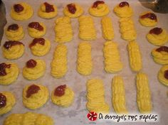 Μπισκότα βουτύρου #sintagespareas Easy Desserts, Dessert Recipes, Greek Sweets, Recipes With Few Ingredients, Just Bake, Sweets Cake, Biscuit Recipe, Greek Recipes, International Recipes