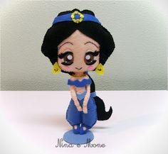 Princesa Jasmine em feltro. <br>Super fofa. <br>Ideal para decora��o de mesas ou quarto. <br>Enchimento siliconado anti-al�rgico. <br>Necessita de suporte para ficar em p�. <br> <br>Fazemos toda a cole��o de Princesas Disney. <br> <br> <br>(OBS1.: O custo do frete � por conta do comprador) <br>(OBS2.: O prazo de produ��o serve apenas de base. Antes de fazer seu pedido, confirme o prazo de confec��o, visto que pode variar de acordo com a lota��o da agenda)