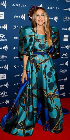 Sarah Jessica Parker isn't waiting for the Met Gala to make an attention-grabbing statement. At the GLAAD media gala, she wore an Elie Saab gown with a floral headpiece. Carrie Bradshaw Style, Elie Saab Gowns, Jessica White, Floral Headpiece, Sarah Jessica Parker, Iconic Women, Latest Outfits, Style And Grace, Sheer Dress