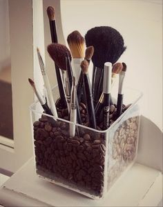 This clear acrylic brush holder is particularly chic. It's filled with coffee beans and this gives it a unique charm. The coffee beans will make the room smell beautiful and the brush holder is simple and stylish as well as very practical. Do It Yourself Organization, Organization Hacks, Bathroom Organization, Organizing Ideas, Cheap Makeup Organization, Cosmetic Organization, Cosmetic Organiser, Bathroom Storage, My New Room