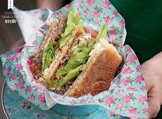 O sanduba vaka-loka, com lagarto marinado, mozarela de búfala e pão ciabatta. Prato Atelier Casa Tua (Foto: Cacá Bratke/Editora Globo)