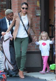Bethenny Frankel - Bethenny Frankel Takes Her Daughter for a Stroll — Part 2