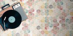 Kuusikulmaisen laatan muoto häviää isolla pinnalla, jolloin syntyykin kolmiulotteisia pastellikuutioita. Laatat: LPC Minima 8.6, kuosi Multicolor │ Laattapiste Muoto, Home Appliances, Retro, Bathroom, Dark, House, House Appliances, Washroom, Home